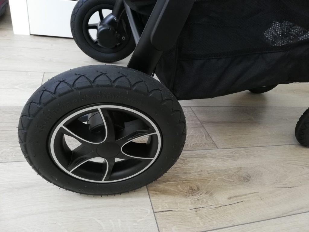 Grosses roues de la poussette tout terrains Joie Versatrax